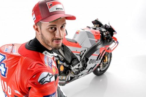 Andrea Dovizioso saat berpose dengan motor anyar Ducati (Foto:
