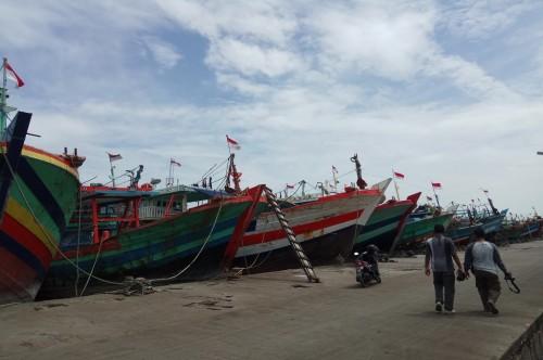 Kapal cantrang bersandar di pelabuhan perikanan pantai