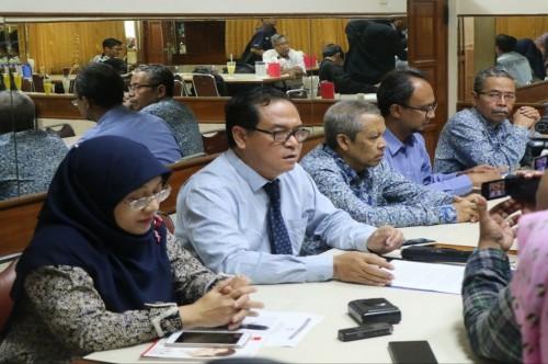 Rektor UII Yogyakarta Nandang Sutrisno kedua dari kiri, Senin 22