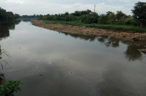 Kondisi aliran Sungai Citarum, Kabupaten Bandung, dengan sampah