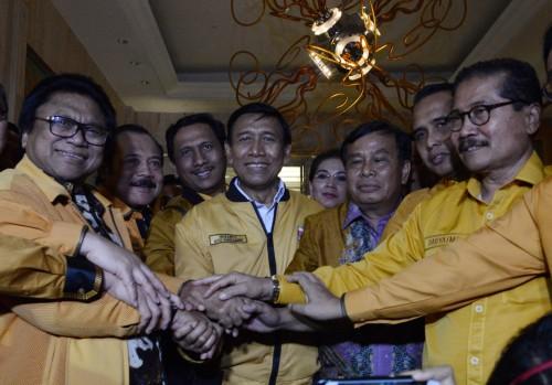 Ketua Dewan Pembina Wiranto (tengah) bersama dengan kedua Ketua