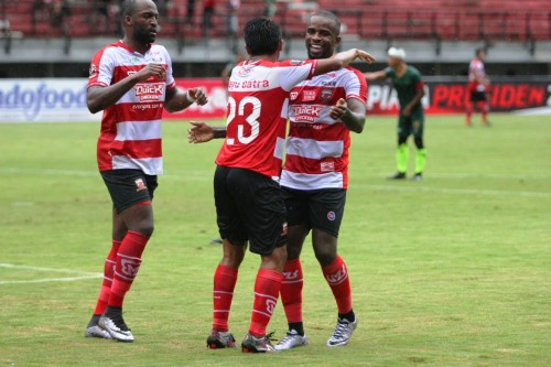 Striker Madura United Greg Nwokolo merayakan golnya ke gawang PS