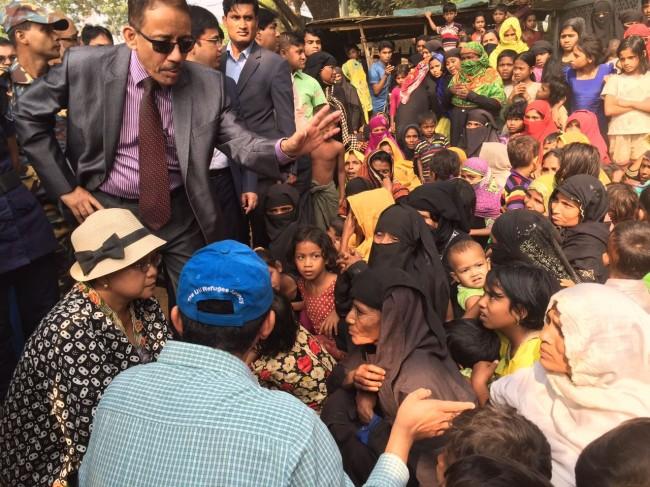 Menteri Luar Negeri RI Retno Marsudi berinteraksi langsung dengan pengungsi Rohingya di Bangladesh. Foto: Dok/Kemenlu RI