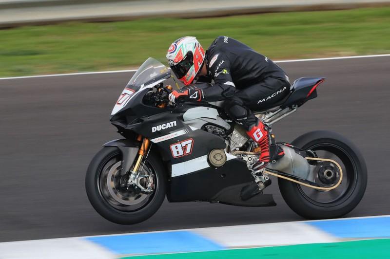 Superbike Panigale V4 untuk balap sedang diuji coba. MCN