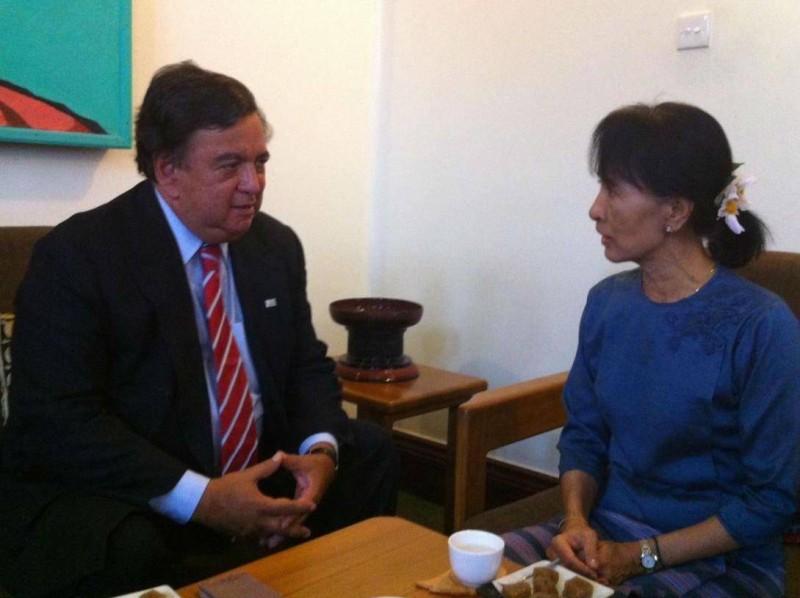 Bill Richardson saat bertemu dengan Aung San Suu Kyi. (Foto: Independent)