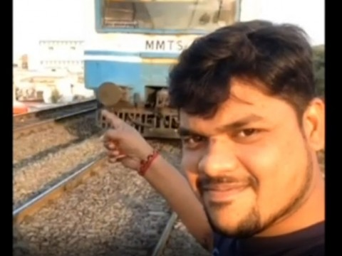 Demi Video Swafoto Sempurna, Pemuda India Disambar Kereta Api