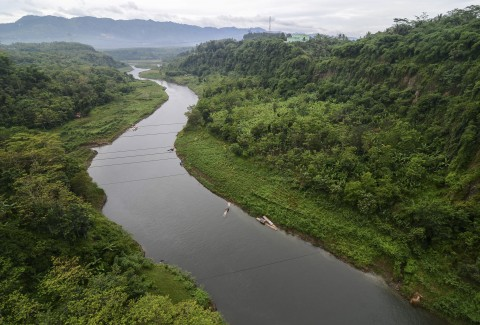 Dua Kapal Katamaran Pungut Sampah Sungai Citarum