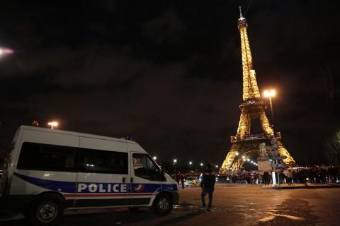 Lampu Menara Eiffel Dipadamkan untuk Korban Bom di Afganistan
