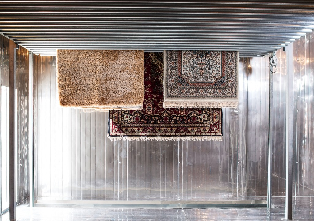 Jemur karpet di tempat yang tidak langsung terpapar sinar matahari. (foto: dok. 5 a Sec - Barito)