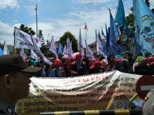 Ribuan Buruh Batam Demo Tuntut Kenaikan UMS
