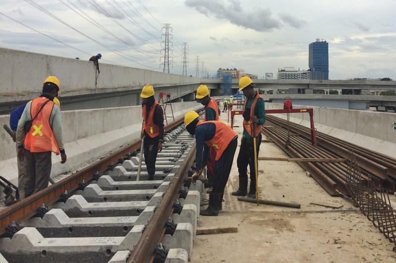 Pekerja memasang rel LRT rute Kelapa Gading-Rawamangun, Jakarta Timur, Selasa 30 Januari 2018, MI - Nicky Aulia Widadio