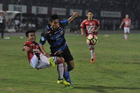 Pesepak bola Madura United (MU) Guntur Ariyadi (tengah) dan