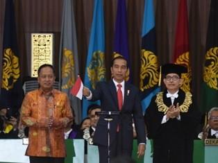 Presiden Joko Widodo (kedua kiri) bersama Menristekdikti M.