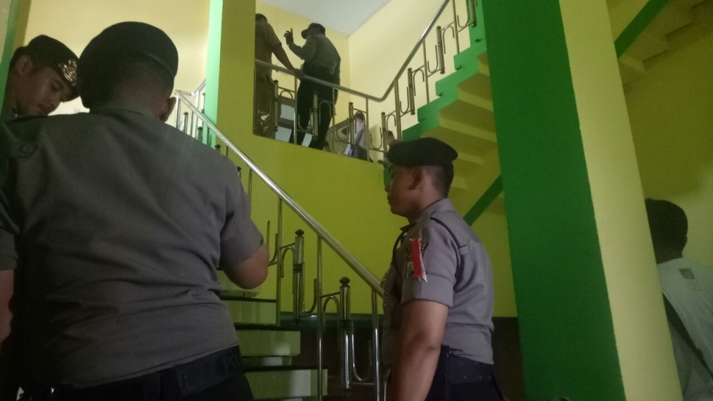Aparat Kepolisian berjaga didepan kantor pemerintah Kabupaten Jombang. (medcom.id/Nurul Hidayat)