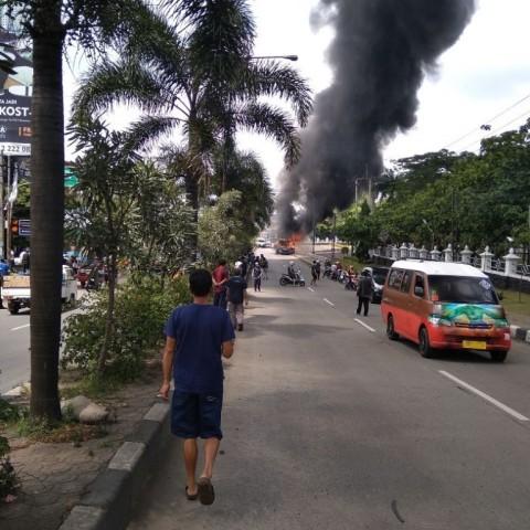 Bus Damri Terbakar di Depan Kampus IPDN