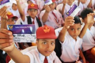 Jokowi Serahkan KIP dan PKH di Dharmasraya