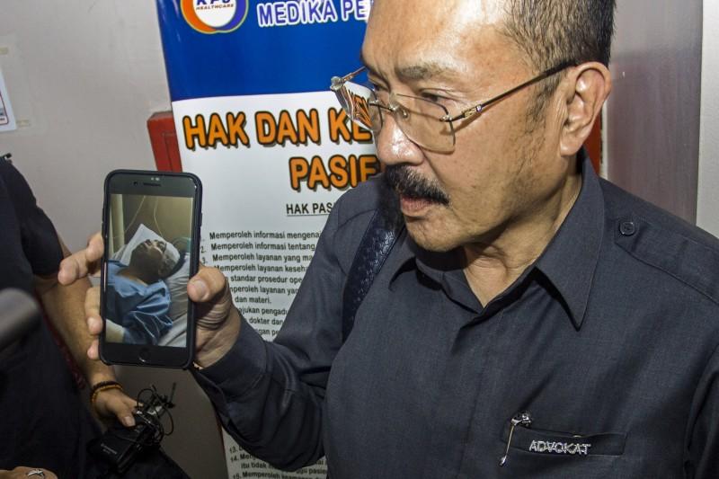Pengacara Setya Novanto, Fredrich Yunandi, menunjukkan foto kliennya yang sedang dirawat di RS Medika Permata Hijau, Jakarta. Foto: Antara/Galih Pradipta.