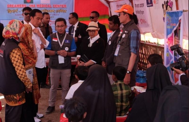 Presiden Joko Widodo bersama para pengungsi etnis Rohingya di Cox's Bazar, Bangladesh (Foto: Kemenlu RI).