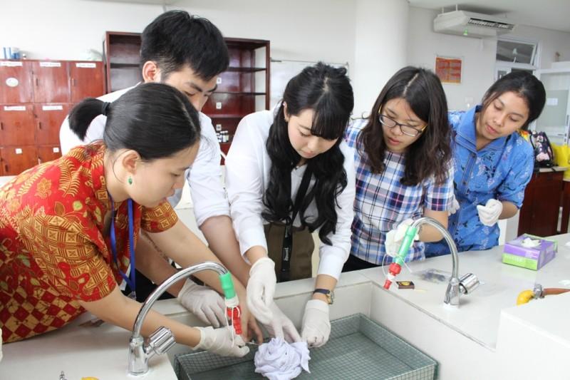 Profesor dan mahasiswa dari Jepang dan Taiwan belajar membatik di UKWMS.