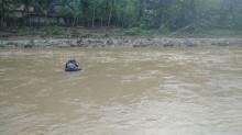 Jembatan Hanyut Siswa SD Terpaksa Seberangi Sungai Pakai Ban
