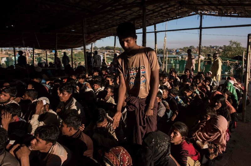 Para pengungsi asal Rakhine menanti bantuan di kamp Kutupalong, Bangladesh. (Foto: AFP/Ed Jones)