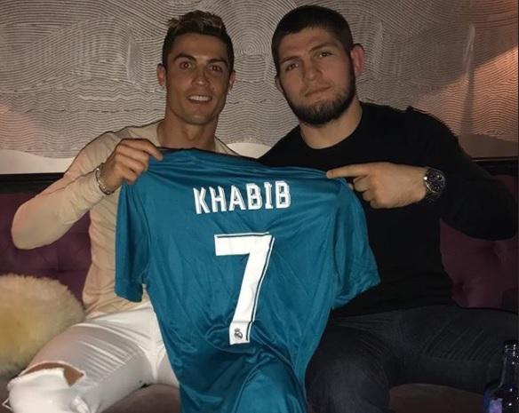 Ronaldo berfose dengan Khabib (Foto: @Cristiano)