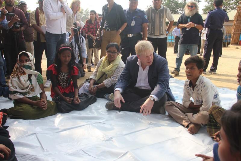 Menlu Inggris Boris Johnson saat di Coxs Bazar, Bangladesh. (Foto: AFP)