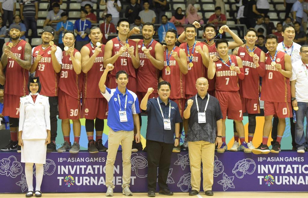 Sejumlah pebasket putra Indonesia menunjukkan medali emasnya seusai laga final bola basket 18th Asian Games Invitation Tournament melawan India. (Foto: Antara/Andika Wahyu)