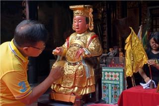 Warga Tionghoa di Madiun Bersihkan Patung Dewa-Dewi