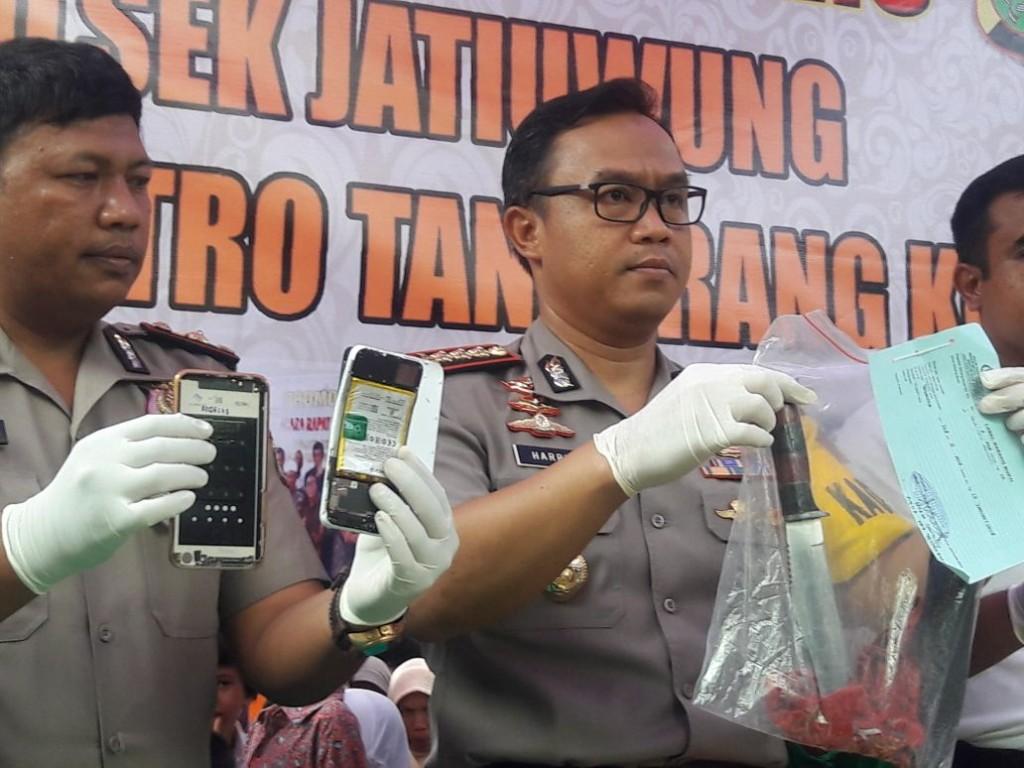 Kapolres Metro Tangerang Kombes Harry Kurniawan menunjukan barang bukti berupa pisau yang dipakai pelaku untuk membunuh istri dan dua anaknya. (medcom.id/Hendrik Simorangkir)