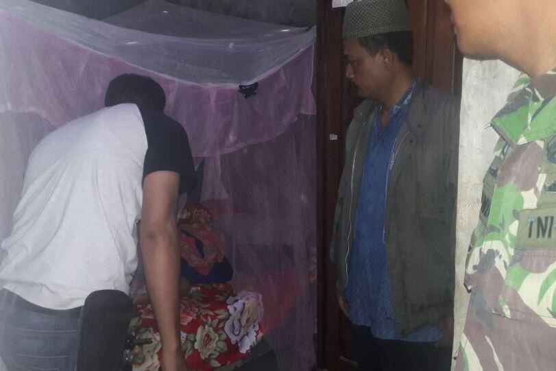 Petugas mengevakuasi jasad korban pembunuhan, Koniti, 35, di Desa Luwungragi RT 01 RW 02, Kecamatan Bulakamba, Kabupaten Brebes, Jawa Tengah. Medcom.id/Kuntoro Tayubi