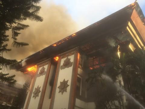 Gedung V kantor Gubernur Bali terbakar. (Medcom.id/Raiza Andini)