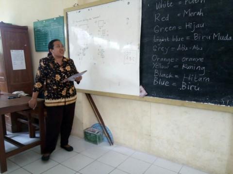 Suranti saat mengajar di SDN Kalangan 184, Jagalan,