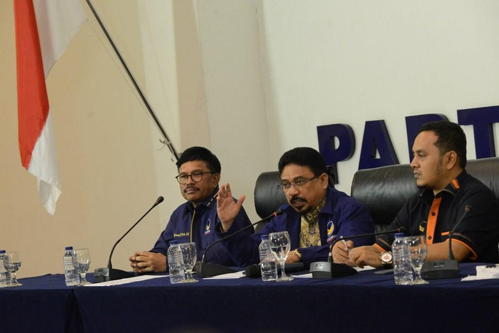 Wasekjen DPP Partai Nasdem Wily Aditya (kanan) bersama dengan Wakil Ketua Fraksi Partai NasDem Jhony Plate (kiri) dan Ketua Tim Kajian/anggota Fraksi Partai NasDem Zulfan Lindan (tengah) di kantor DPP Partai NasDem, Jakarta Pusat, Senin (7/8). MI/ MOHMAD