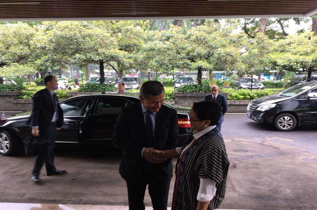 Menlu Retno Marsudi (kanan) berjabat tangan dengan Menlu Singapura Vivian Balakrishnan di Kemenlu RI, Jakarta, Rabu 14 Februari 2018. (Foto: Sonya Michaella)