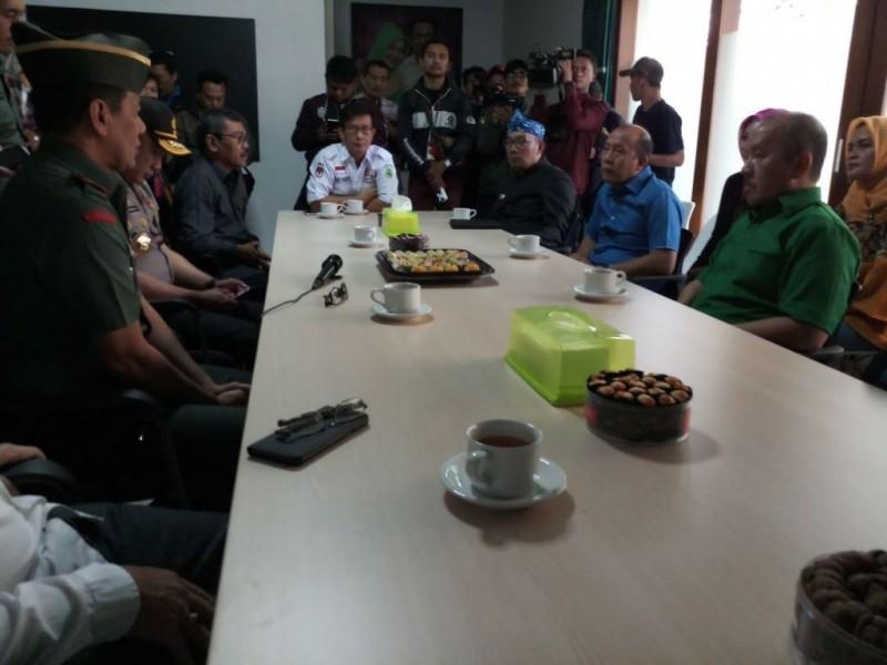 Calon Gubernur Jawa Barat Ridwan Kamil menerima kunjungan Ketua KPDU Jabar, Ketua Bawaslu Jabar, Kapolda Jabar, dan Pangdam III/ Siliwangi di rumah pemenangan pasangan Rindu, Jalan Cipaganti, Kota Bandung, Rabu, 14 Februari 2018. (Medcom.id/Roni K)