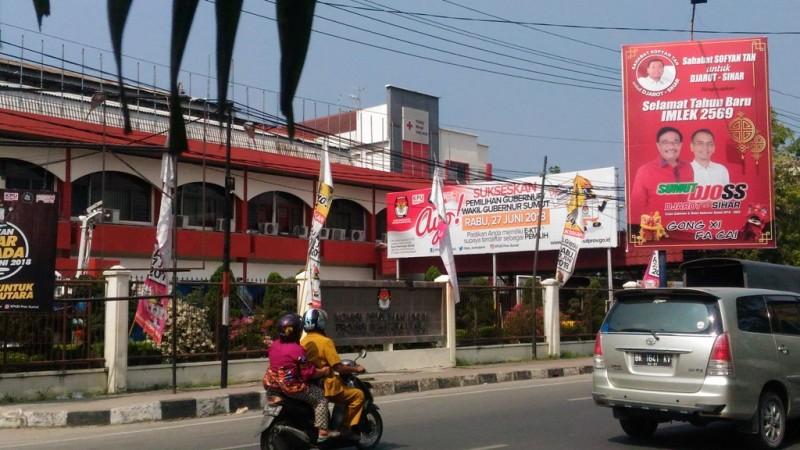 Bawaslu Ingatkan tim sukses membersihkan bahan sosialisasi yang terpasang, termasuk billboard kampanye pasangan calon Djarot- Sihar di depan Kantor KPU Sumut.
