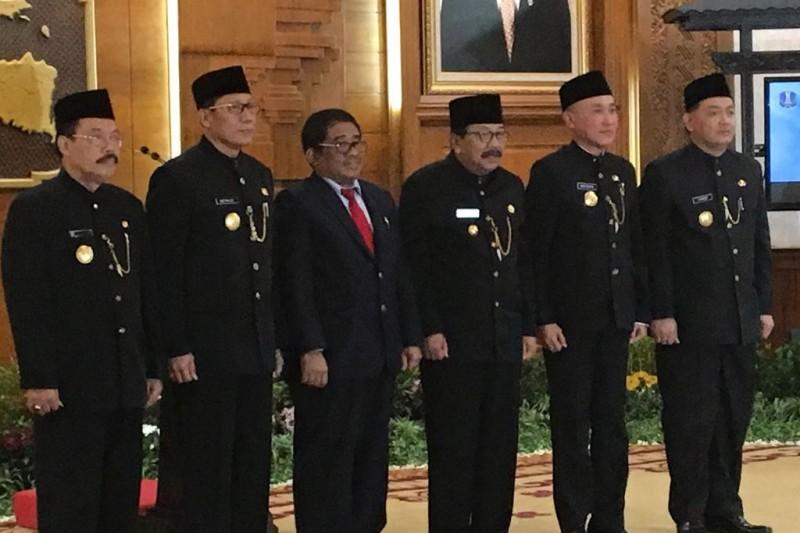 Gubernur Jatim Soekarwo (tengah), didampingi Dirjen Otonomi Daerah Kemendagri Sumarsono (dasi merah), saat melantik empat Pjs untuk empat kepala daerah. Foto:Medcom.id/Amaluddin
