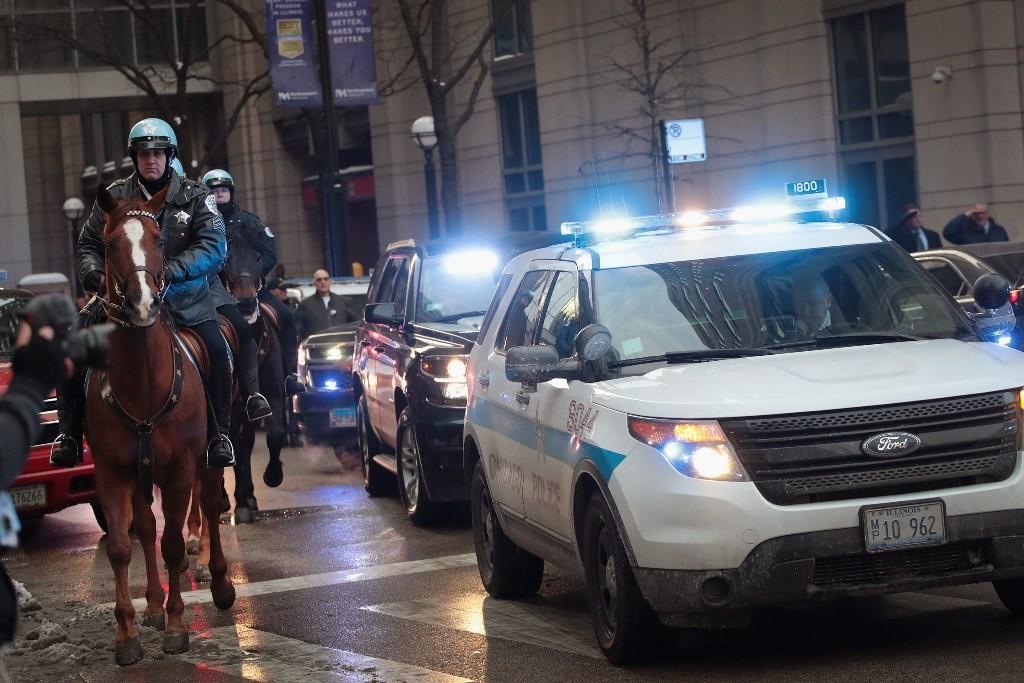 Polisi Chicago mengawal iring-iringan mobil yang membawa jenazah Komandan Polisi Paul Bauer (Foto: AFP).