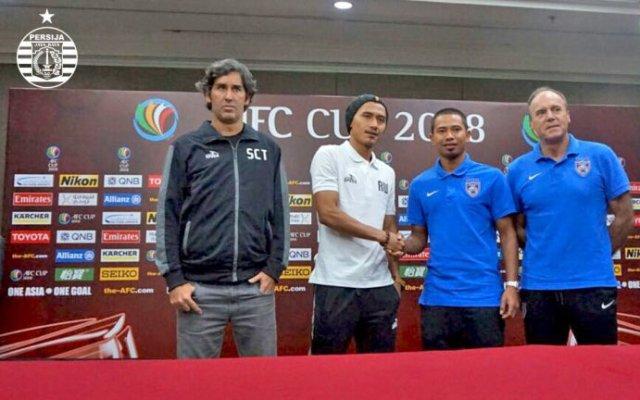 Rudi Widodo (kedua dari kiri) bersama Teco (kiri) saat press conference jelang JDT kontra Persija. (Foto: Persija)