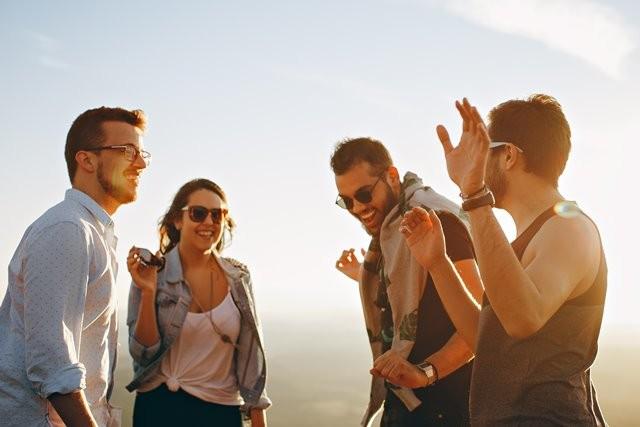 Sebuah studi menemukan bahwa orang Inggris cenderung bertemu dengan pasangan hidup mereka dalam pertemuan sosial, dibandingkan saat bekerja atau berkencan. (Foto: Helena Lopez/Unsplash.com)