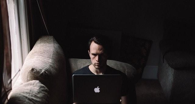 Sebuah penelitian menemukan bahwa terlalu banyak menggunakan cahaya redup dapat mengurangi kemampuan belajar. (Foto: Andrew Neel/Unsplash.com)