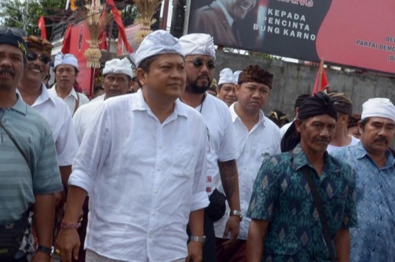 Bakal calon Gubernur Bali Ida Bagus Rai Dharmawijaya Mantra (tengah). ANTARA FOTO/Wira Suryantala