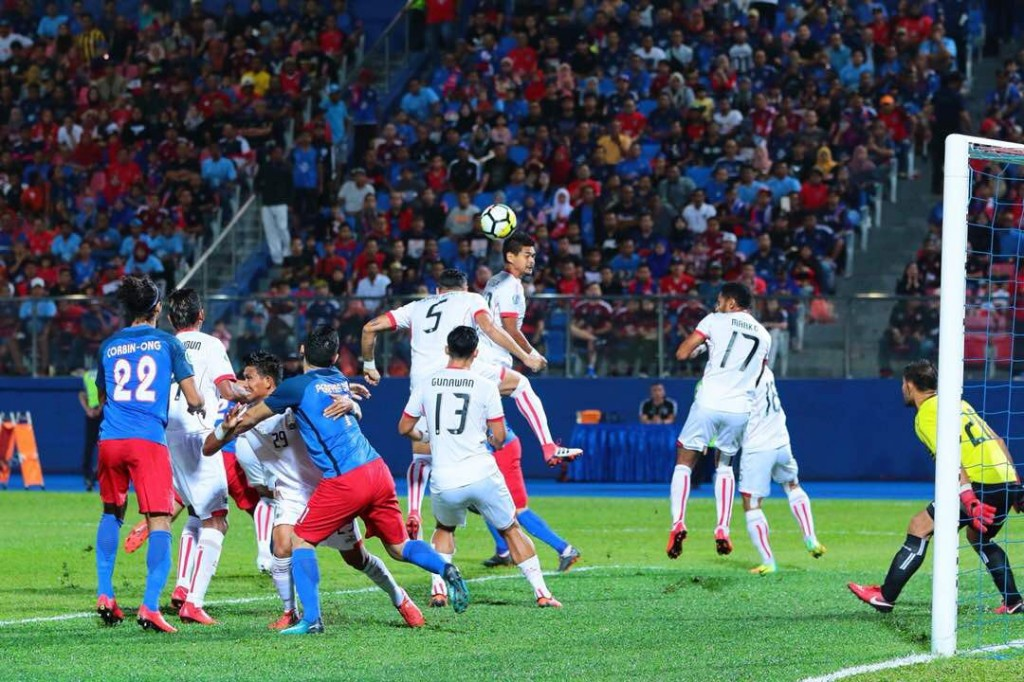 Bambang Pamungkas mencoba menanduk bola. (Foto: Twitter/PersijaJkt)