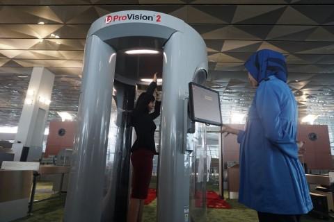 Pakai Kaos Palu Arit, WN Inggris Dicegat Petugas Bandara