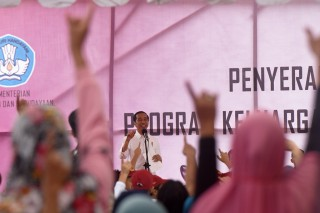Jokowi Serahkan KIP dan PKH di Gowa