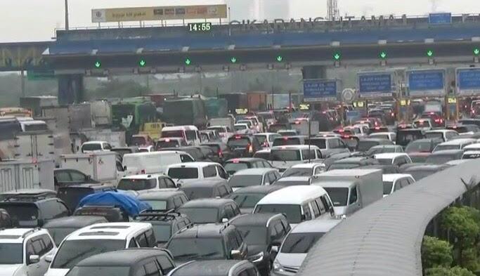 Kendaraan antre masuk ke Gerbang Tol Cikarang Utama sampai dengan lima kilometer sejak Kamis, 15 Februari 2018, sore