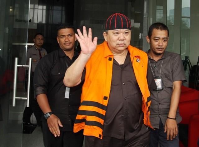 Tersangka kasus dugaan suap Heri Susanto Gun alias Abun digiring petugas seusai menjalani pemeriksaan lanjutan di gedung KPK, Jakarta, Selasa (13/2). Foto: Antara/Reno Esnir
