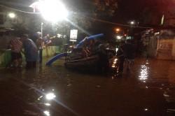 Warga Bergiliran Gunakan Pompa Portabel Tangani Banjir di Bekasi