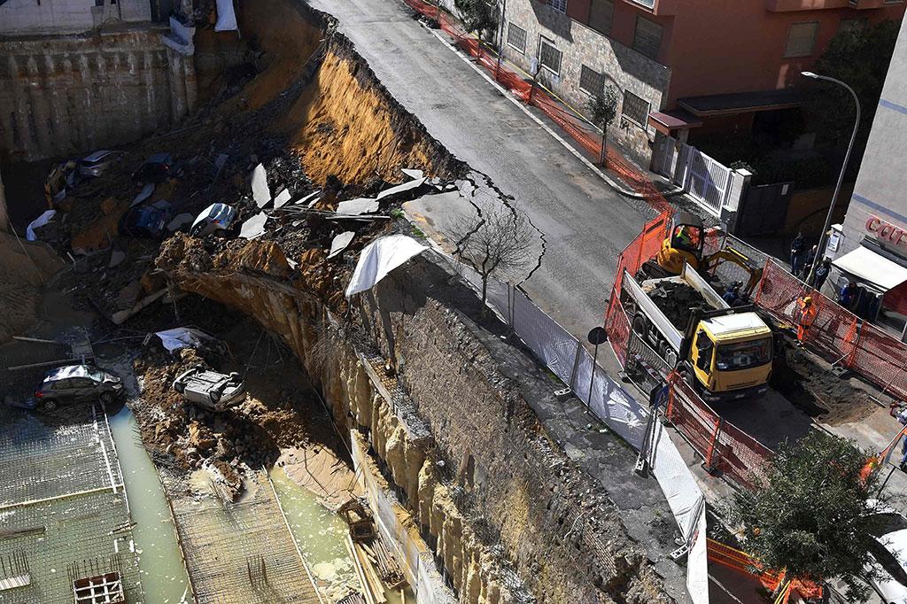 Sinkhole Paksa 22 Keluarga di Roma Dievakuasi